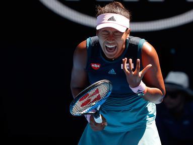 Petenis Jepang, Naomi Osaka bereaksi seusai meraih poin dari petenis Ukraina, Elina Svitolina pada perempat final Australia Terbuka 2019 di Melbourne, Rabu (23/1). Naomi Osaka sukses mengalahkan Elina Svitolina dengan skor 6-4, 6-1. (DAVID GRAY / AFP)