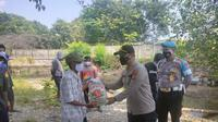Fishermen are given rice assistance and reminded of the Covid-19 protocol.  (Wednesday, 04/08/2021).