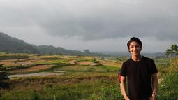 Bahkan seleb tampan berusia 20 tahun ini sangat menyukai pemandangan hamparan sawah. Hamparan sawah didapatkan Teuku Rassya saat berlibur ke Sumatra Barat. Dengan bergaya simpel dan casual, Rassya mampu terlihat sangat memukau.(Liputan6.com/IG/@teukurassya)