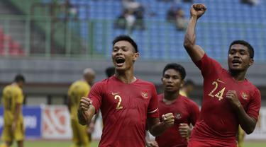 Para pemain Timnas Indonesia U-22 merayakan gol yang dicetak Andy Setyo ke gawang Bhayangkara FC pada laga uji coba di Stadion Patriot, Bekasi, Rabu (6/2). Keduanya bermain imbang 2-2. (Bola.com/Yoppy Renato)