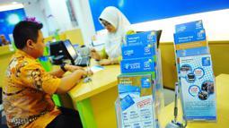 Petugas melayani nasabah di BRI Syariah, Jakarta, Kamis (9/2). Sedangkan pangsa pasar perbankan syariah mencapai angka 5,12 persen, tertinggi sepanjang keberadaan perbankan syariah di Indonesia. (Liputan6.com/Angga Yuniar)