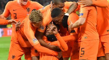 Gelandang Belanda, Georginio Wijnaldum (tengah) berselebrasi usai mencetak gol ke gawang Prancis pada pertandingan UEFA Nations League di stadion Feijenoord di Rotterdam (16/11). Belanda menang atas Prancis 2-0. (AFP Photo/Emmanuel Dunand)