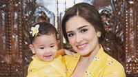 Yasmine Wildblood tampil kompak dengan buah hatinya, Seraphina Rose. Ibu dan anak ini tampil kompak dengan mengenakan kebaya warna kuning. (Foto: instagram.com/yaswildblood)