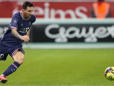 Lionel Messi akhirnya menjalani debut bersama PSG. Momen itu terjadi pada laga pekan ke-4 Ligue 1, ketika PSG dijamu tuan rumah Reims, Senin (30/8/2021) dini hari WIB. (Foto: AP/Francois Mori)