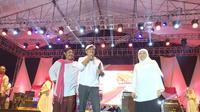 Dua mantan rival Pilkada Jatim, Gus Ipul dan Khofifah bersatu dalam acara Ngaji Kebangsaan di Jawa Timur. (Liputan6.com/Dian Kurniawan)