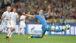 Penampilan apik Arkadiusz Milik bersama Napoli membuatnya telah mencetak tiga gol dan masuk dalam jajaran pencetak gol terbanyak Liga Champions 2016-2017. (AFP/Sergei Supinsky)