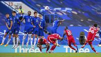 Bek Liverpool, Trent Alexander-Arnold, melepaskan tendangan bebas saat melawan Chelsea pada laga Liga Inggris di Stadion Stamford Bridge, Minggu (20/9/2020). Liverpool menang dengan skor 2-0. (Michael Regan/Pool via AP)