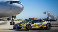 Bandara Ini Pakai Lamborghini Huracan Jadi Mobil Penuntun Pesawat (Carscoops)
