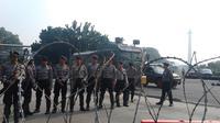 Petugas keamanan bersiaga di sekitar Gedung MK (Liputan6.com)