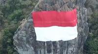 Untuk menyambut HUT RI ke-73, bendera Merah Putih raksasa dipasang di Gunung Api Purba. (Foto: Screen Capture Twitter.com, @heryfosil)