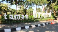Walikota Tri Rismaharini mengawasi langsung perbaikan taman yang diperkirakan menghabiskan waktu sekitar 1 bulan dan dana Rp 1 miliar. (Sumber: UKWM Surabaya)