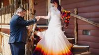 Taylor Anne Linko membuat gaun pengantin dengan bagian bawahnya penuh warna-warni yang indah yang dibuat dari airbrush (Dok.Instagram/@tayloranart/https://www.instagram.com/p/B2DEKw5peU0/Komarudin)