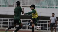 Pemain Timnas Indonesia U-19, Rendy Juliansyah, mengirim umpan saat latihan di Stadion Pakansari, Bogor, Senin (30/9). Latihan ini merupakan persiapan jelang Piala AFF U-19 di Vietnam. (Bola.com/Vitalis Yogi Trisna)