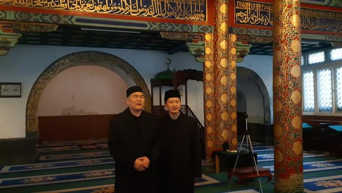 Imam muda Masjid Dongsi Hegu Yunus (kanan) dan imam senior Ali Yang Juanjun di ruang ibadah utama masjid (Rizki Akbar Hasan / Liputan6.com)
