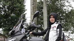 Nama Saskia Poetri mungkin tidak asing bagi penggemar FTV. Ternyata selain berakting Saskia memiliki keahlian lain yang tidak banyak digemari oleh perempuan. Saskia suka mengendarai motor gede sampai-sampi menjadi salah satu brand ambassador motor gede. (Liputan6.com/IG/@kiapoetrii)