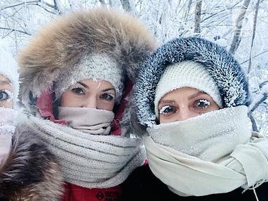 Anastasia Gruzdeva berpose bersama teman-temannya dengan bulu mata yang membeku di desa Oymyakon, Rusia, Minggu (14/1). Desa Oymyakon, di wilayah Yakutia itu dikenal sebagai desa terdingin di dunia. (sakhalife.ru photo via AP)