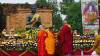 Ilustrasi- Sejumlah umat Buddha saat melaksanakan peribadatan menyambut detik-detik waisak di Candi Muarajambi tahun 2019. (Liputan6.com / dok Gresi Plasmanto)