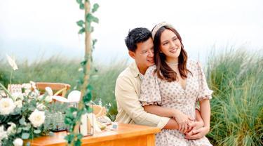 Jalani pernikahan hampir satu dekade, rumah tangga Shandy Aulia selalu tampil harmonis. Apalagi pasangan ini selalu kompak dan romantis dalam berbagai momen. Tidak jarang momen romantis ini kerap diunggah dalam media sosial Instagram. (Liputan6.com/IG/@shandyaulia)