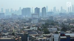 Pemandangan pemukiman penduduk dan gedung bertingkat di Jakarta, Senin (23/9/2019). Berdasarkan Global Liveability Report 2019, Jakarta jauh tertinggal dibandingkan kota-kota lain di dunia maupun kawasan Asia-Australia. (Liputan6.com/Faizal Fanani)