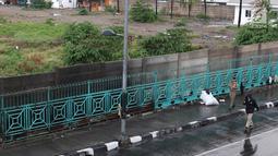 Personel Satpol PP berjaga di sekitar trotoar kawasan Senen, Jakarta, Kamis (22/11). Penjagaan itu menyebabkan trotoar di kawasan Senen bebas dari PKL yang biasa berjualan pakaian bekas. (Liputan6.com/Immanuel Antonius)