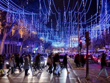 Sebuah jalan didekorasi dengan lampu-lampu hias di Madrid, ibu kota Spanyol, pada 28 November 2020. Lampu-lampu hias untuk menyemarakkan perayaan Natal itu dipasang mulai 26 November 2020 hingga 6 Januari 2021. (Xinhua/Meng Dingbo)