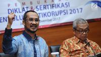 Mantan Ketua KPK, Abraham Samad (kiri) menyampaikan pandangan kepada peserta Diklat & Sertfikasi Penyuluh Antikorupsi di Gedung KPK, Jakarta, Senin (27/11). Acara tersebut diikuti dari berbagai instansi pemerintah. (Liputan6.com/Helmi Fithriansyah)