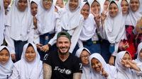 Potret David Beckham bersama anak-anak SMP Negeri 33 Semarang. (dok. Instagram @davidbeckham/https://www.instagram.com/p/CGMsDxUh2UG/Dinny Mutiah)