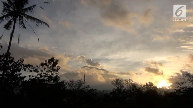 Gunung Agung kembali mengalami erupsi. Sebagian warga melihat cahaya terang ada di kawah Gunung Agung ketika erupsi terjadi. Apa arti cahaya putih tersebut?