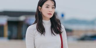 Pada episode pertama, karakter Yoon Hye Jin yang diperankan Shi Min Ah terlihat mengenakan tas merah bergaya sling bag. Rupanya, tas tersebut rilisan Hermès, tipe Herbag Zip 31 dengan harga kisaran Rp. 31 juta rupiah.
