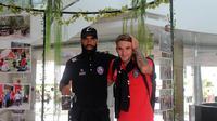 Dua pemain Arema, Sylvano Comvalius dan Pavel Smolyavhenko, saat tiba di Bandara Samarinda, Senin siang (20/5/2019). (Bola.com/Iwan Setiawan)