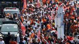 Warga menyambut kedatangan obor saat prosesi Torch Relay Asian Games 2018 di Jalan Jendral Sudirman, Jakarta, Sabtu (18/8). Hari terakhir kirab obor Asian Games ini api abadi dibawa dari Tugu Monas hingga Gelora Bung Karno. (Liputan6.com/ Fery Pradolo)
