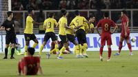 Para pemain Malaysia merayakan gol yang dicetak oleh Mohamadou Sumareh ke gawang Indonesia pada laga kualifikasi Piala Dunia 2022 di SUGBK, Jakarta, Kamis (5/9). Indonesia takluk 2-3 dari Malaysia. (Bola.com/M Iqbal Ichsan)