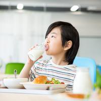 ilustrasi anak minum susu/By milatas from Shutterstock