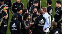 Para pemain Real Madrid berkumpul di lapangan selama sesi latihan terbuka untuk umum di fasilitas latihan Ciudad Real Madrid, Valdebebas, Senin (30/12/2019). Real Madrid akan menghadapi Getafe pada pertandingan La Liga di laga pembuka tahun 2020. (OSCAR DEL POZO/AFP)