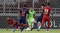 Kemelut terjadi di depan gawang Indonesia saat melawan Thailand pada laga kualifikasi Piala Dunia 2022 di SUGBK, Jakarta, Selasa (10/9). Indonesia takluk 0-3 dari Thailand. (Bola.com/M Iqbal Ichsan)