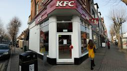 Pengumuman penutupan sementara terpampang di luar gerai makanan cepat saji KFC Surbiton, London, Inggris, Rabu (21/2). Dalam pengumumannya, KFC menyatakan mengalami krisis ayam lantaran mengalami masalah operasional di jalur distribusi. (AP/Matt Dunham)