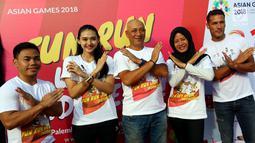 Perwakilan Atlet melakukan foto sesi usai menyemarakan Asian Games 2018 di Plaza Barat Senayan, Jakarta, Minggu (1/7). Acara digagas untuk menyambut Perhelatan Asian Games yang akan berlangsung pada Agustus 2019 mendatang. (Liputan6.com/Johan Tallo)