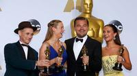 Aktor Leonardo DiCaprio (kedua kanan) foto bersama dengan para pemenang Oscar di belakang panggung di 88 Academy Awards di Hollywood, California (28/2/2016). (REUTERS/Mike Blake)