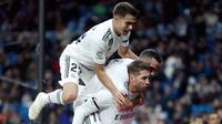 Bek Real Madrid, Sergio Ramos (kanan) melakukan selebrasi bersama rekan-rekannya usai mencetak gol penalti ke gawang Leganes dalam laga Copa del Rey di Santiago Bernabeu, Madrid, Spanyol, Rabu (9/1). (AP Photo/Manu Fernandez)