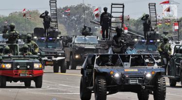 Prajurit TNI menaiki sejumlah kendaraan tempur saat parade alutsista pada perayaan HUT ke-74 TNI di Lanud Halim Perdanakusuma, Jakarta Timur, Sabtu (5/10/2019). TNI memamerkan berbagai jenis alutsista pada perayaan HUT ke-74. (Liputan6.com/JohanTallo)