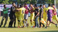 Pertandingan Madura FC kontra Persik yang berakhir 1-1 di Stadion Ahmad Yani Sumenep, Jumat (2/8/2019), diwarnai tiga kartu merah. (Bola.com/Gatot Susetyo)