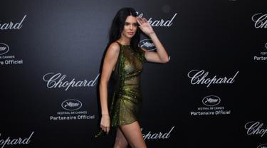 Model AS Kendall Jenner saat tiba untuk menghadiri Secret Chopard Party di sela-sela festival film Cannes ke-71 di Cannes, Prancis (11/5). Supermodel berusia 22 tahun ini mengenakan gaun hijau yang tembus pandang. (AFP/Yann Coatsaliou)