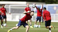 Gelandang Timnas Inggris, Adam Lallana melahap menu latihan bersama rekan-rekannya di Stade des Bourgognes, Chantilly, Prancis (7/6/2016). Inggris diprediksi maksimal mencapai babak semifinal pada Piala Eropa 2016.  (Reuters/Lee Smith)