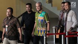 Calon Gubernur Jawa Tengah, Ganjar Pranowo berjalan keluar seusai menjalani pemeriksaan di Gedung KPK, Jakarta, Kamis (28/6). Ganjar diperiksa sebagai saksi untuk tersangka Irvanto Hendra Pambudi Cahyo dan Made Oka Masagung. (Merdeka.com/Dwi Narwoko)