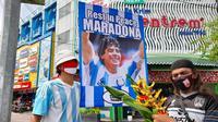 Aksi sejumlah warga Solo dalam melepas kepergian meninggalkannya legenda sepak bola dunia, Diego Maradona, Kamis (26/11/2020). (Bola.com/Vincentius Atmaja)