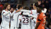 Para pemain PSG saat merayakan gol Blaise Matuidi ke gawang Lorient pada laga lanjutan Ligue 1, di di Stade du Moustoir, Sabtu atau Minggu (22/11/2015) dini hari WIB. (AFP/Jean-Sebastien Evrard)