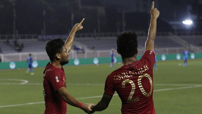 Pemain Timnas Indonesia U-22, Saddil Ramdani dan Osvaldo Haay, merayakan kemenangan atas Singapura pada laga SEA Games 2019 di Stadion Rizal Memorial, Manila, Kamis (28/11). Indonesia menang 2-0 atas Singapura. (Bola.com/M Iqbal Ichsan)