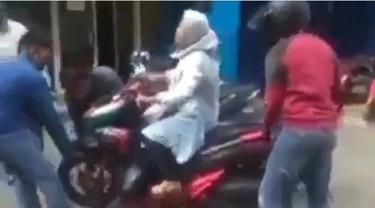 Viral Ibu-ibu Tak Turun dari Motornya saat Disita Debt Collector, Diangkut Tiga Orang