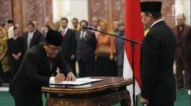 Ketua DPR Bambang Soesatyo menyaksikan penandatanganan surat pelantikan Sekjen DPR Indra Iskandar di Kompleks Parlemen, Jakarta, Selasa (22/5). Pelantikan Indra berdasarkan Surat Keputusan Presiden RI Nomor 49/TPA Tahun 2018. (Liputan6.com/JohanTallo)