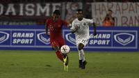 Gelandang Timnas Indonesia, Febri Hariyadi, berusaha melepaskan umpan saat melawan Timor Leste pada laga Piala AFF 2018 di SUGBK, Jakarta, Selasa (13/11). (Bola.com/Yoppy Renato)